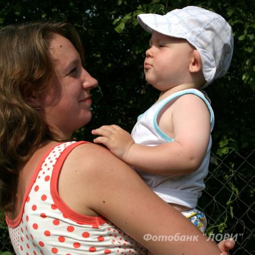 няня работает с ребенком